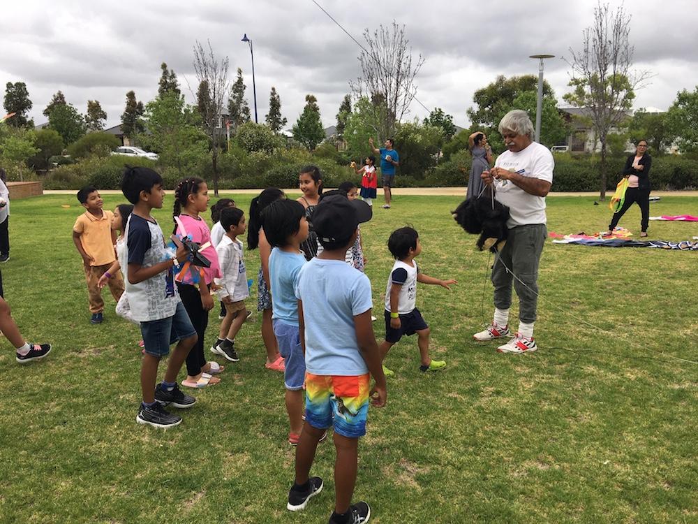 kids-watching-kite-instruction